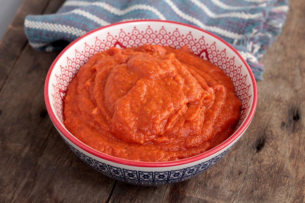 Molho de tomate caseiro com alho e manjericão