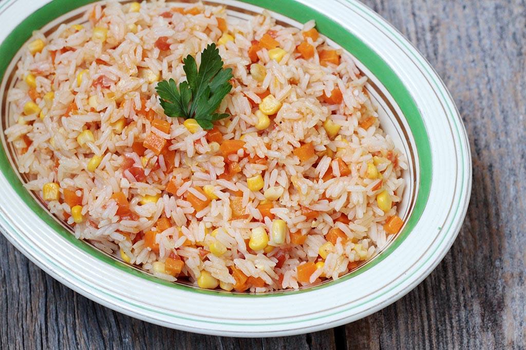 Arroz com legumes simples e delicioso