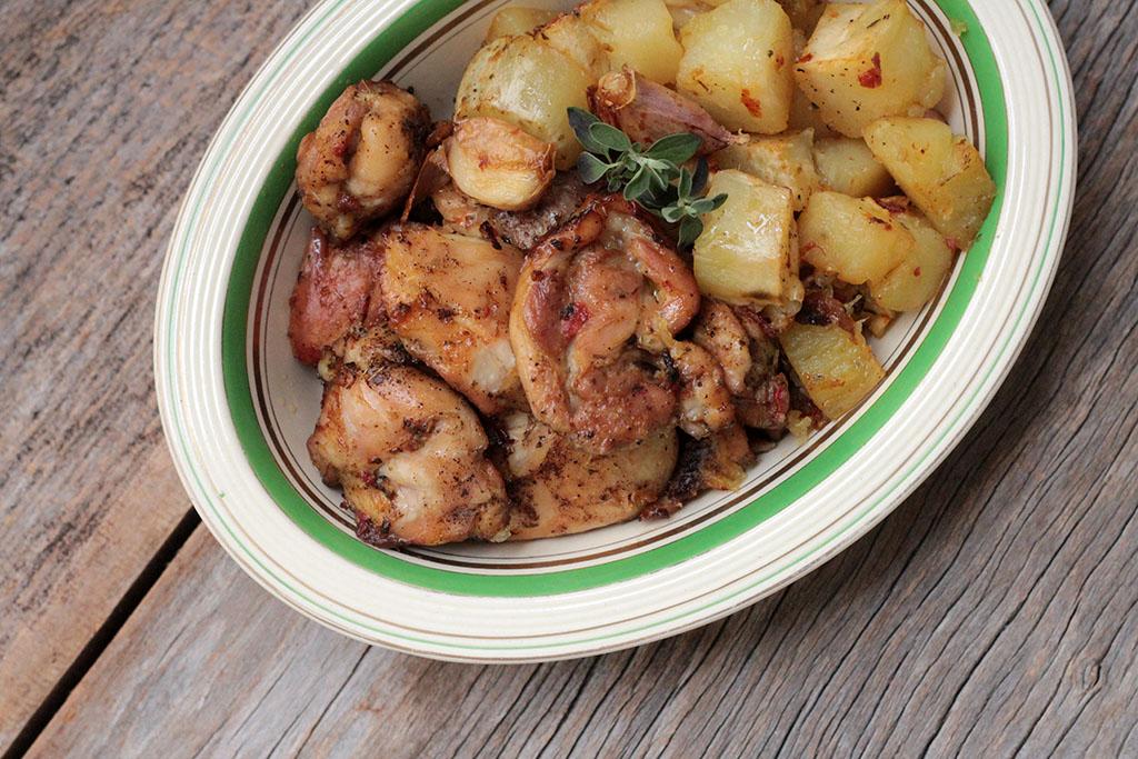 Sobrecoxas de frango assadas com batata-doce