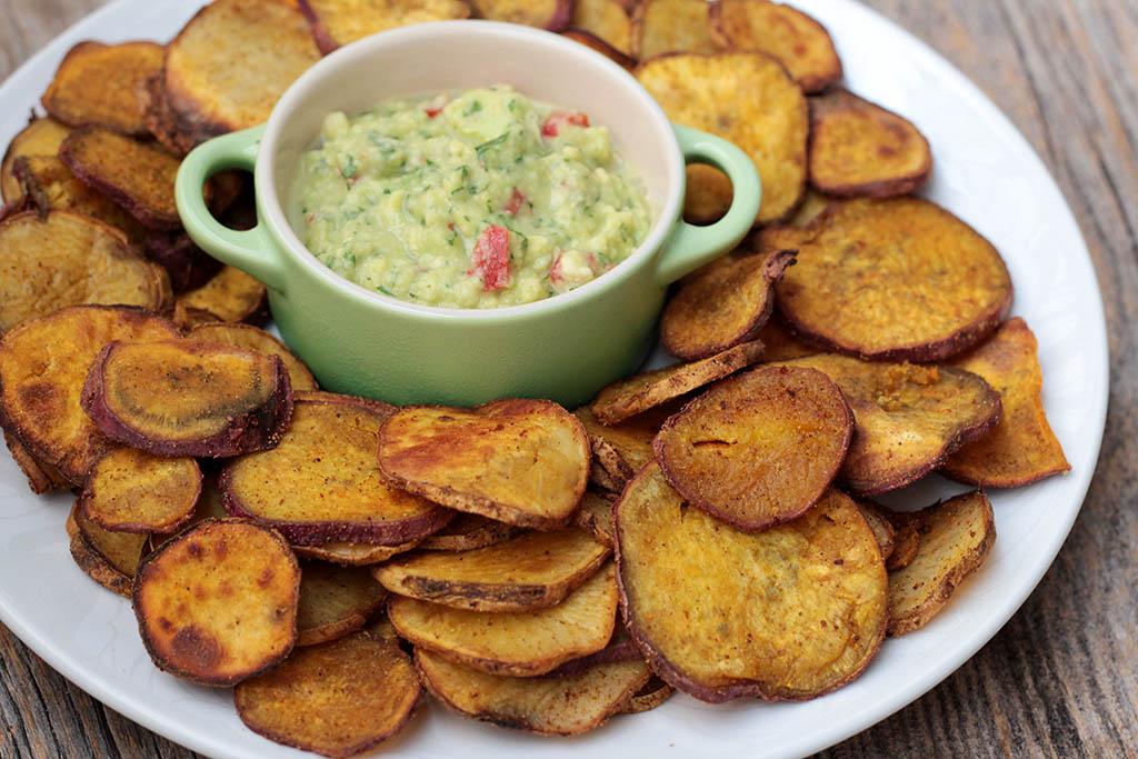 Batata-doce picante servida com guacamole