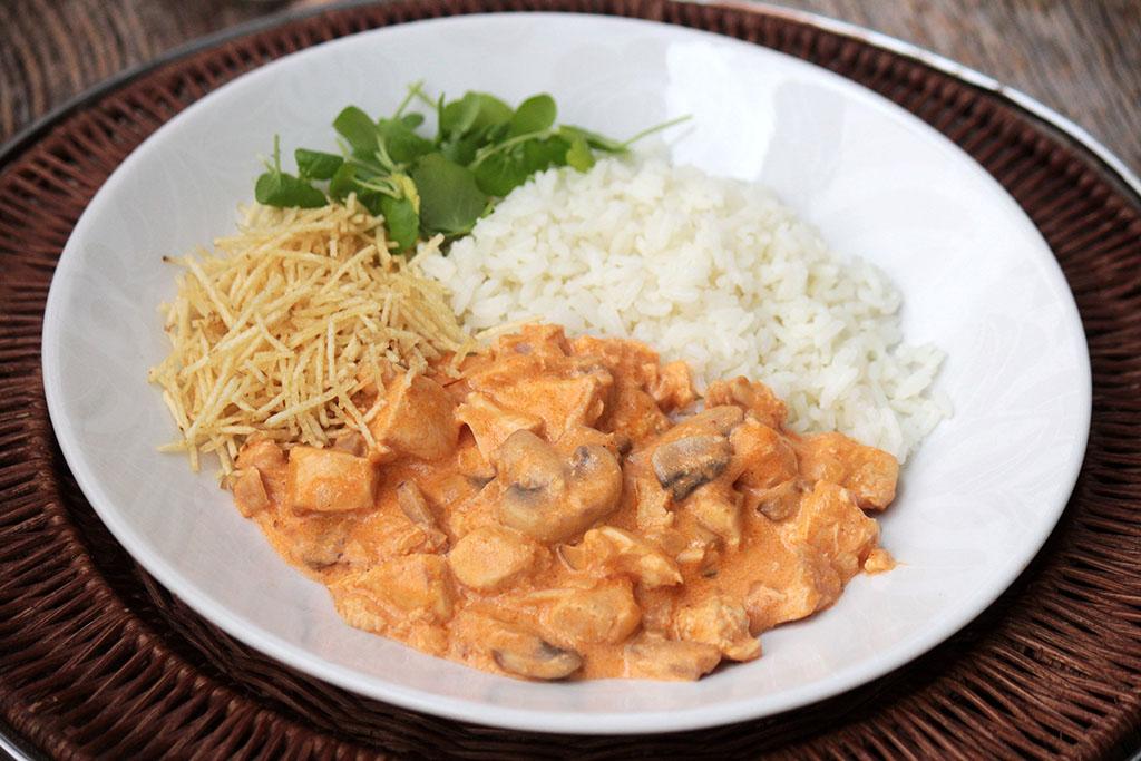 Estrogonofe de frango simples e delicioso