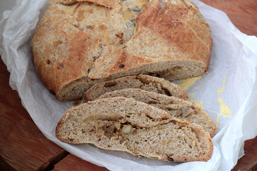 Pão integral com cebola caramelizada e gorgonzola