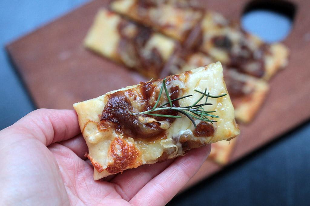 Pizza de cebola caramelizada