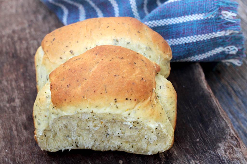 Pão de ervas com laranja