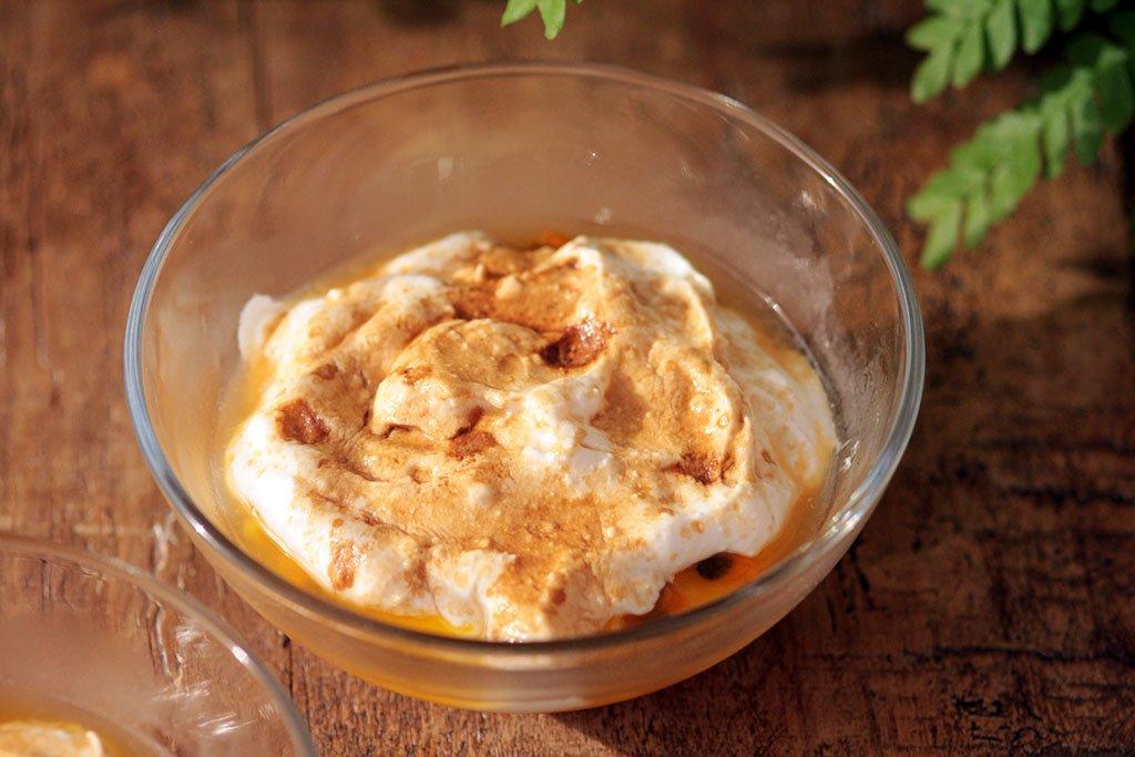 Sobremesa tropical de iogurte com manga e maracujá