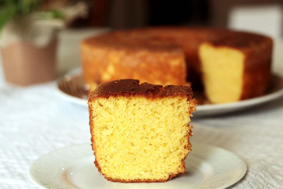 Bolo de bergamota com laranja e limão Bolo de bergamota com laranja e limão Recipe Type: Bolos Cuisine: Brasileira Author: Eline Prando Prep time: 15 mins Cook time: 35 mins Total time: 50 mins Serves: 1 bolo grande Ingredients 5 ovos 1 1/2 xicara de açúcar (300g) 2 colheres (sopa) de raspas de frutas* 1/2 xícara de suco de frutas (120ml)* 1/2 xícara de óleo ou azeite (100g) 2 xícara de farinha de trigo (240g) 1 colher (sopa) de fermento em pó (10g) 1 pitada de sal Instructions Aqueça o forno a 180°C. Unte e enfarinhe uma forma redonda de aproximadamente 28cm com furo no centro. Em uma tigela misture a farinha, o fermento e o sal. Reserve. Na batedeira coloque os ovos, o açúcar e as raspas e bata até obter um creme leve, claro e bem fofo. Acrescente o o azeite e o suco e bata para incorporar. Adicione os ingredientes seco e bata somente o suficiente para envolver bem os ingredientes. Transfira a mistura para a forma e asse por aproximadamente 35 minutos. Faça o teste do palito. Notes Para o suco e para as raspas eu usei bergamota, laranja e limão