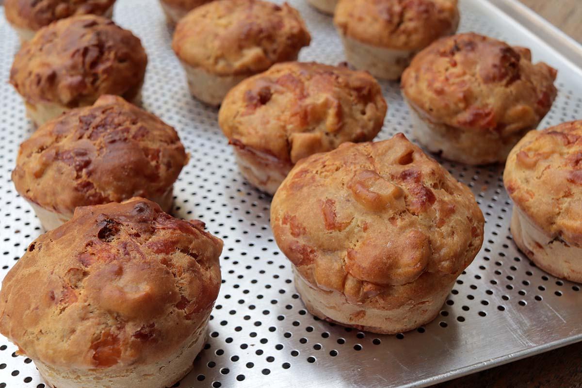 Muffin salgado de maçã com queijo