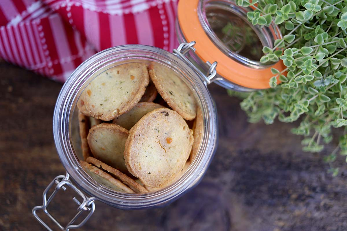 Biscoitos de queijo gorgonzola com cebolinha